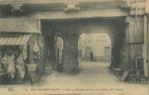 Pilier et Porche d'anciens monastères (XIe siècle) |