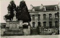 Le Monument aux Morts et la Mairie |