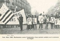 Mars 1980. Manifestation contre l'implantation d'une centrale nucléaire sur la commune de Plogoff