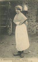 Sardinière en Costume de Travail |